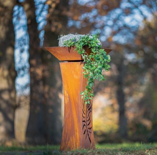 Edelrost-Säule mit Blumenschale