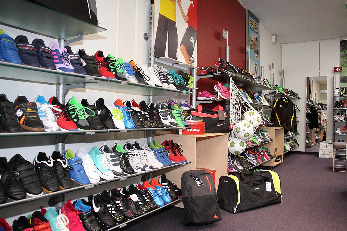 Sportschuhe, Sporttextilien, Taschen, Rucksäcke