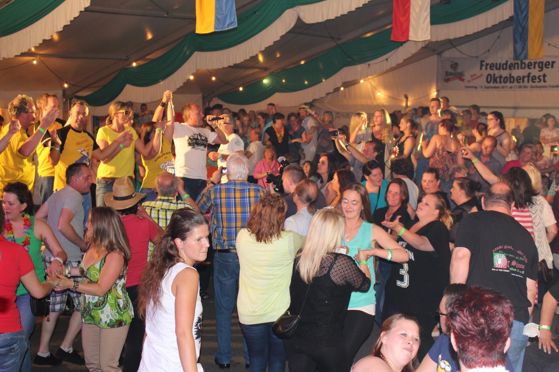 Das Festzelt feiert mit Tim Toupet und dem Fliegerlied