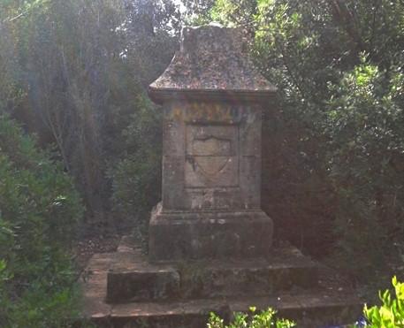 Monolito existente en el Cementeri dels Anglesos de Dénia, cerca del Marino Rotes
