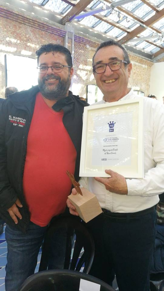 Bati Bordes (El Marino Dénia) felicitando a Pep Romany (Pont Sec) por el premio de la Ser.