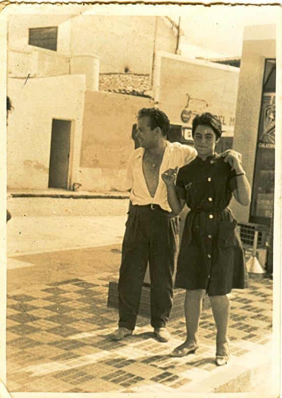 Una imagen de finales de los años cincuenta o principios de los sesenta. Bati Bordes (segunda generación) con una joven delante del Marino