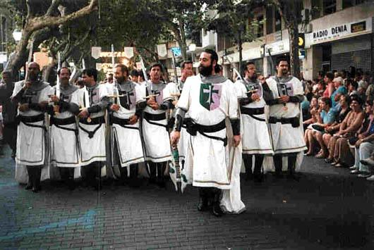 Escena de la fiesta, con la Filà Templaris de Dénia en pleno desfile.