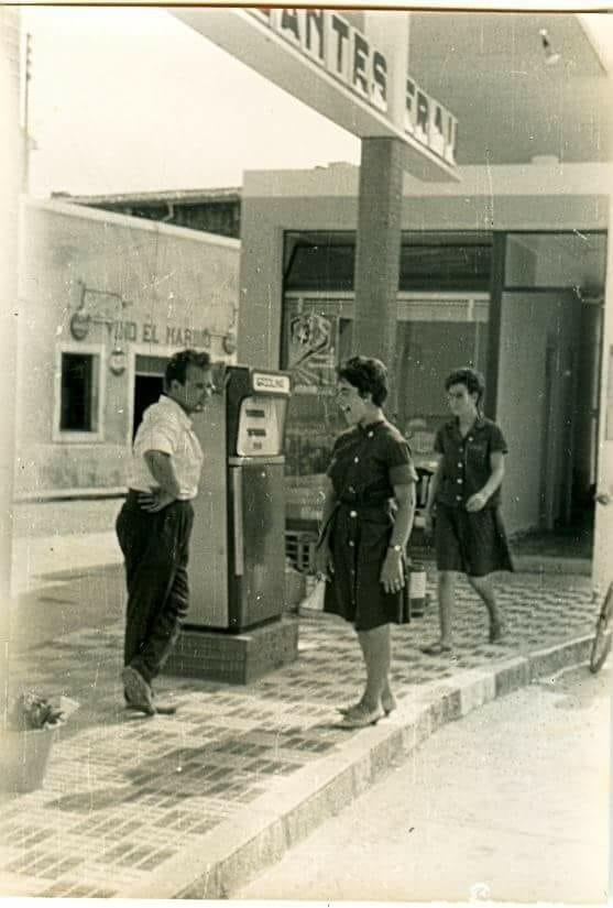 Bautista Bordes (segunda generación del Marino) en la gasolinera que existía junto a Vino El Marino (inaugurado en 1949 en la actual plaza del Oculista Buigues de Dénia)