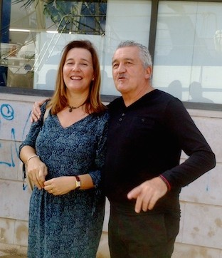 Cristina Sellés (presidenta de Aehtma) junto al repostero Paco Torreblanca delante de la lonja de Dénia