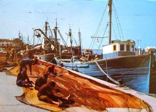 Marineros tejiendo en el muelle de Dénia en una imagen de los años setenta