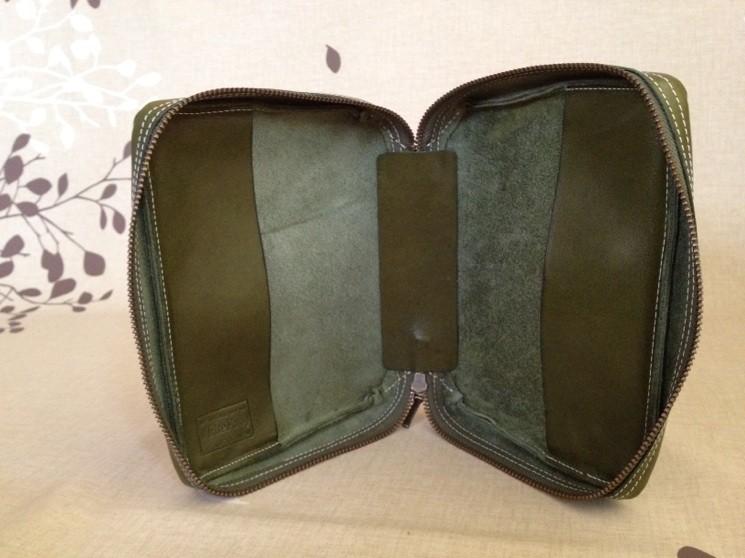 ドルカスの内側。表紙を差込む部分も同じ素材の革を使います。