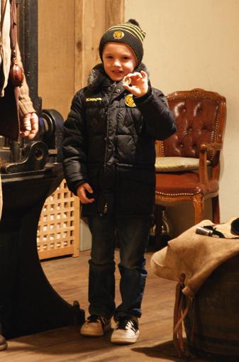 7-jähriger Junge präsentiert stolz seine selbstgeprägte Münze
