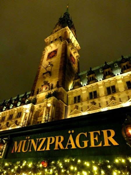 Die Münzprägung des Münzprägers Christian Stein steht direkt vor dem Hamburger Rathaus