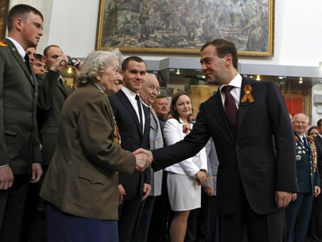 Москва , Центральный Музей Вооруженных Сил 8 мая 2011 г. Дмитрий Анатольевич Медведев поздравляет с Днем Победы Клавдию Ивановну Батраеву.