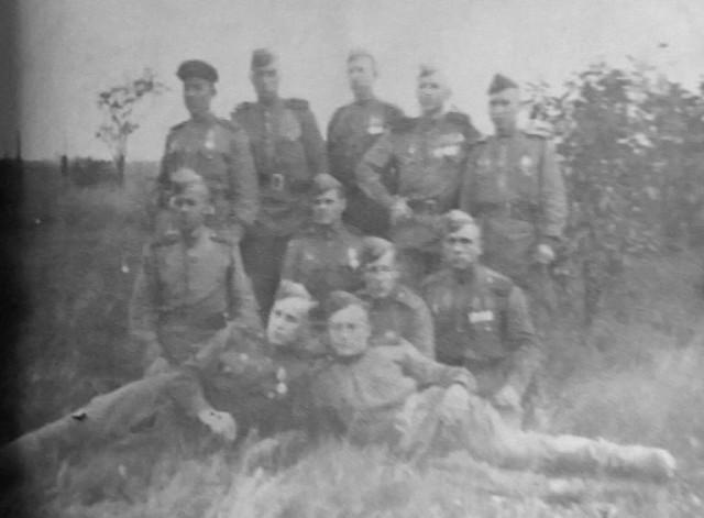 Разведчики 423 ОРР 359 СД в мае 1945. с. Германсдорф пригород г. Бреслау. Ежов И.Н. в центре среднего ряда. Фото из архива семьи Ежова И.Н.