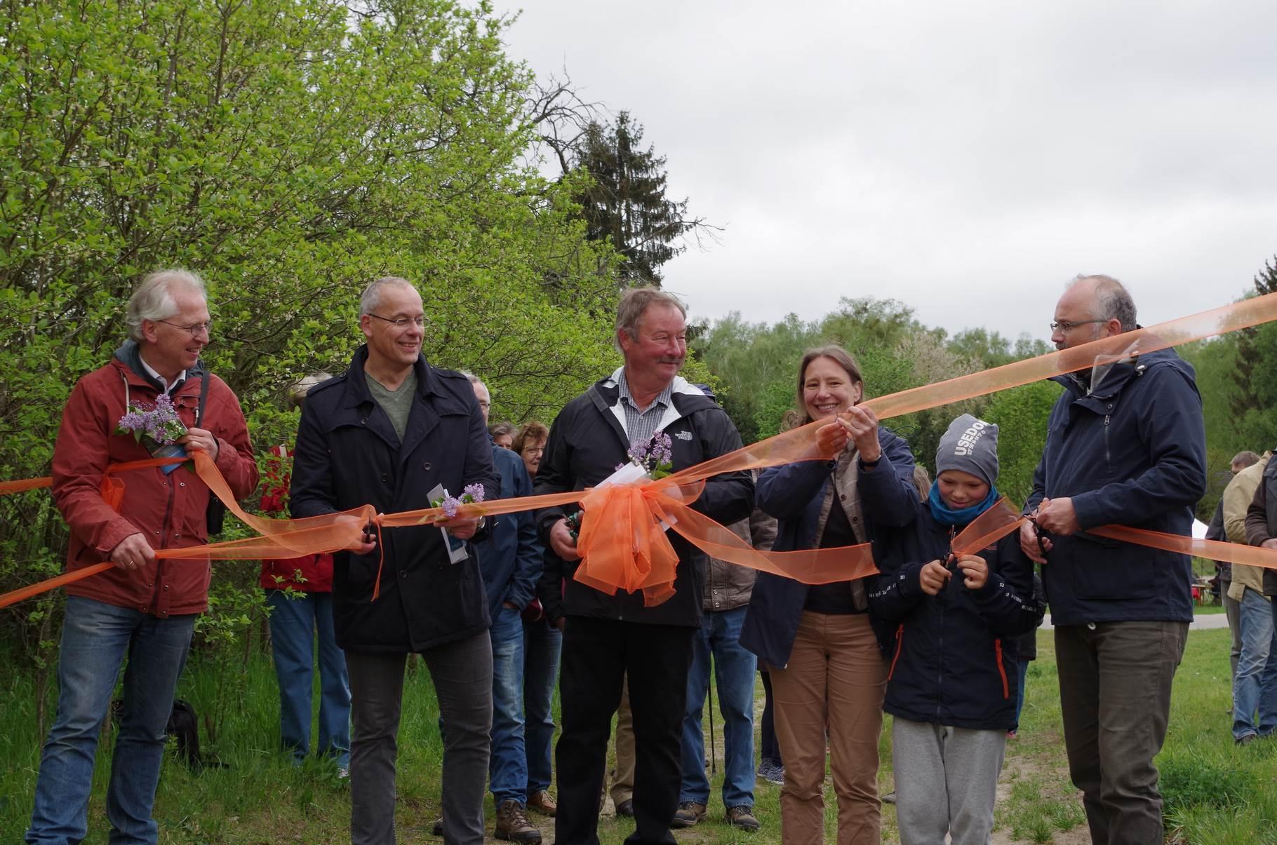 Das Band durchschneiden Amtsdirektor Jörg Matthes, Ortsbürgermeister Wolfgang Winkelmann, 1. Vorsitzende Susanne Winter und Landrat Daniel Kurth (v.l.n.r.)