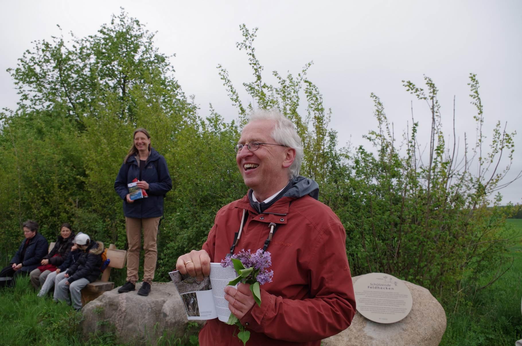 Susanne Winter und Martin Flade präsentieren einen Infopunkt entlang der Kossäten-Tour