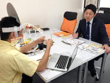 行政書士の川西先生を取材する新潟の魔法の名刺屋