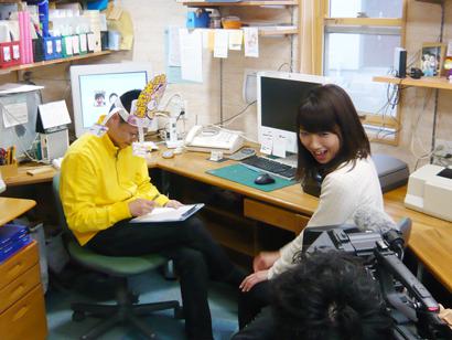 BSNのテレビ番組「金曜パラダイス」にフリーアナウンサー山田かおりさんの取材を受ける新潟の魔法の名刺屋(美写紋堂)