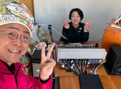 FM-PORTのラジオ番組「PORTA 思いをカタチに」に出演した新潟の魔法の名刺屋(美写紋堂)とフリーアナウンサーの近藤のぞみさん