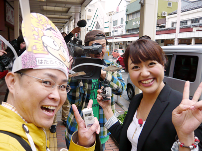 NSTテレビ番組「スマイルスタジアム」で中田エミリーさんの取材を受ける新潟の魔法の名刺屋(美写紋堂)