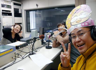FM新津のテレビ番組「つながレボリューション」に出演した新潟の魔法の名刺屋(美写紋堂)とフリーアナウンサーの峰島百代さん