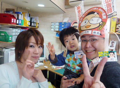 FMにいつのラジオ番組「めっちゃええやん!」の収録の臨んだ新潟の魔法の名刺屋(美写紋堂)とフリーアナウンサーの船尾佳代さん
