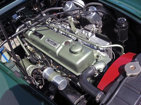 1966 Austin-Healey 3000 Mark III (BJ8) dzinējs. 3000šajam Mark III tika uzstādīti 29K versija C-sērijas sešu cilindru dzinējs ar izmainītu sadales vārpstu un diviem 2.0 in. (51 mm) S.U. HD8 karburātoriem.