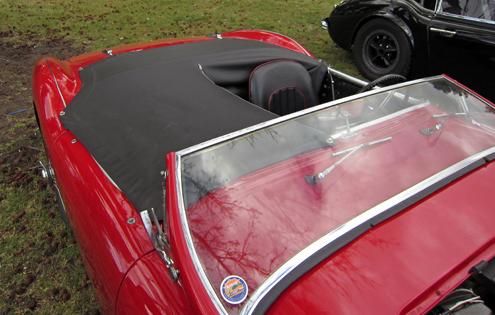 1953 Austin-Healey 100 tents.. Pēc ražotāja datiem Austin-Healey 100 uzrādīja 10.5 sekundes līdz 100 km/h ar maksimālo ātrumu 176 km/h(110 mph), tiesa šie rādītāji bija sasniedzami ar nolaistu priekšējo stiklu un tentu pār blakussēdētāja vietai.