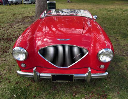 1953 Austin-Healey 100 priekša Austin Healey prikšējā reste bija sava veida evolūcija no Healeja iepriekšējiem modeļiem. Līdz pat automašīnas ražošanas uzsākšanai Donalds Healejs svārstijās, kādu resti atstāt.