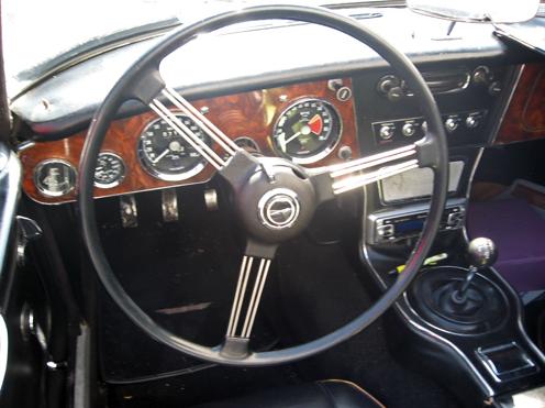 1966 Austin-Healey 3000 Mark III (BJ8) instrumentu panelis Iegūstot jaudīgāku dzinēju, 3000šais Mark III ieguva jaunu instrumentu paneli, riekstkoka pamatne ar ādas viduskonsuli. Sportiskus slēdžus: startera atslēgu, overdrive, logu mazg. slēdzis.