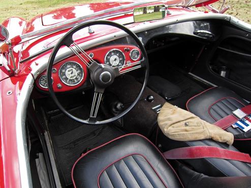 1953 Austin-Healey 100 instrumentu panelis. 100tā instrumentu panelis bija vienkārš, spidometrs, tahometrs, eļ'ļas spiediens, ūdens temperaturā un degvielas rādītājs. Pagrieziena rādītāji tika novietoti uz stūres rata.