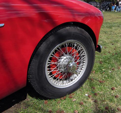 1953 Austin-Healey 100 diski. Visi 100tie tika aprīkoti ar Dunlop spieķu 11 collu diskiem, loka bremzēm, bremžu trumuļi tika krāsoti sudraba krāsā. Vieglmetāla bremžu trumuļi bija kā opcija.
