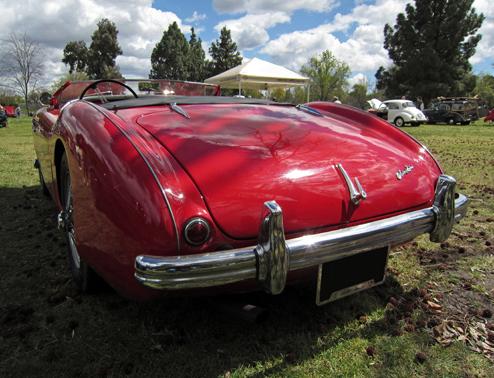 1953 Austin-Healey 100 aizmugure Lai arī sākumā Donalds Healejs bija kritiski izturējies pret Gerija Kokera radīto pirmo 100to, vālāk viņš atzina par labāko dizainu, no visa Austin-Helaey ražoto modeļu klāsta.