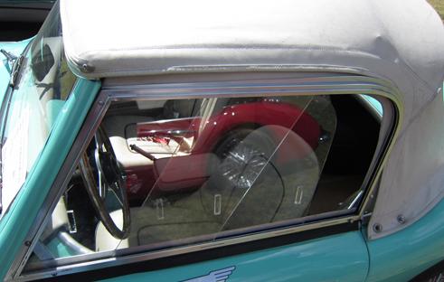 1959 Austin-Healey 100-6 (BN6) sānu logi  Uzsākot BN6 kupejas ražošanu tika izmainīti arī divdaļīgie Perspex sānu logi side screen, arī redzami šai bildē. Kustīgā aizmugures daļa uzlaboja salona ventilāciju.