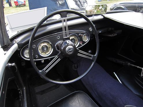 1957 Austin-Healey 100-6 (BN4) instrumentu panelis Lielākā atšķirība starp četru un sešu cilindru rodsteriem bija ar vinilu pārvilktais panelis ar ovāliem un hromētām stīpiņām apkārt.