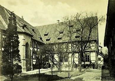 Bild 1: links Kapelle, rechts Stallgebäude 1549