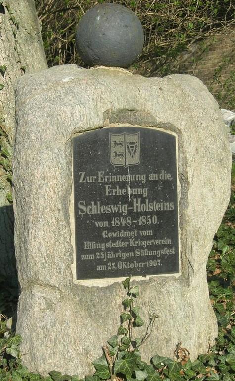 Inschrift: Zur Erinnerung an die Erhebung Schleswig-Holsteins von 1848 - 1850.  Gewidmet vom Ellingstedter Kriegerverein zum 25jährigen Stiftungsfest am 21. Oktober 1907.