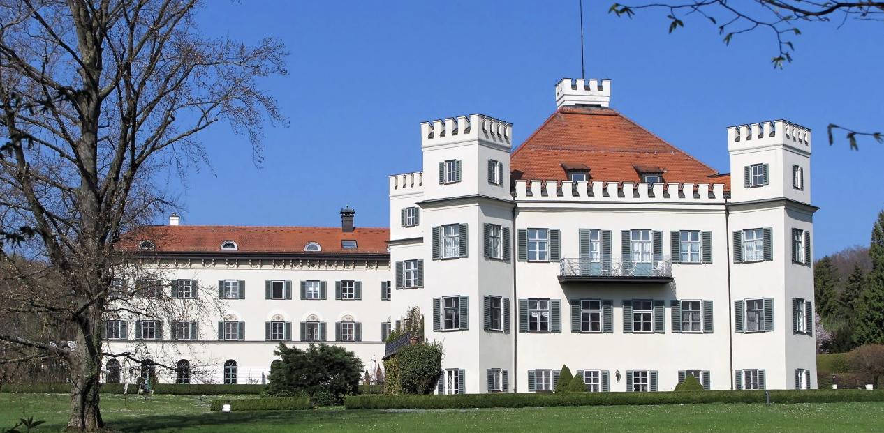 Auf Sissi Spuren wandeln? Das Schloss erreichen Sie in 3 min zu Fuss und im Alten Bahnhof wartet das Sissi Museum auf Sie.