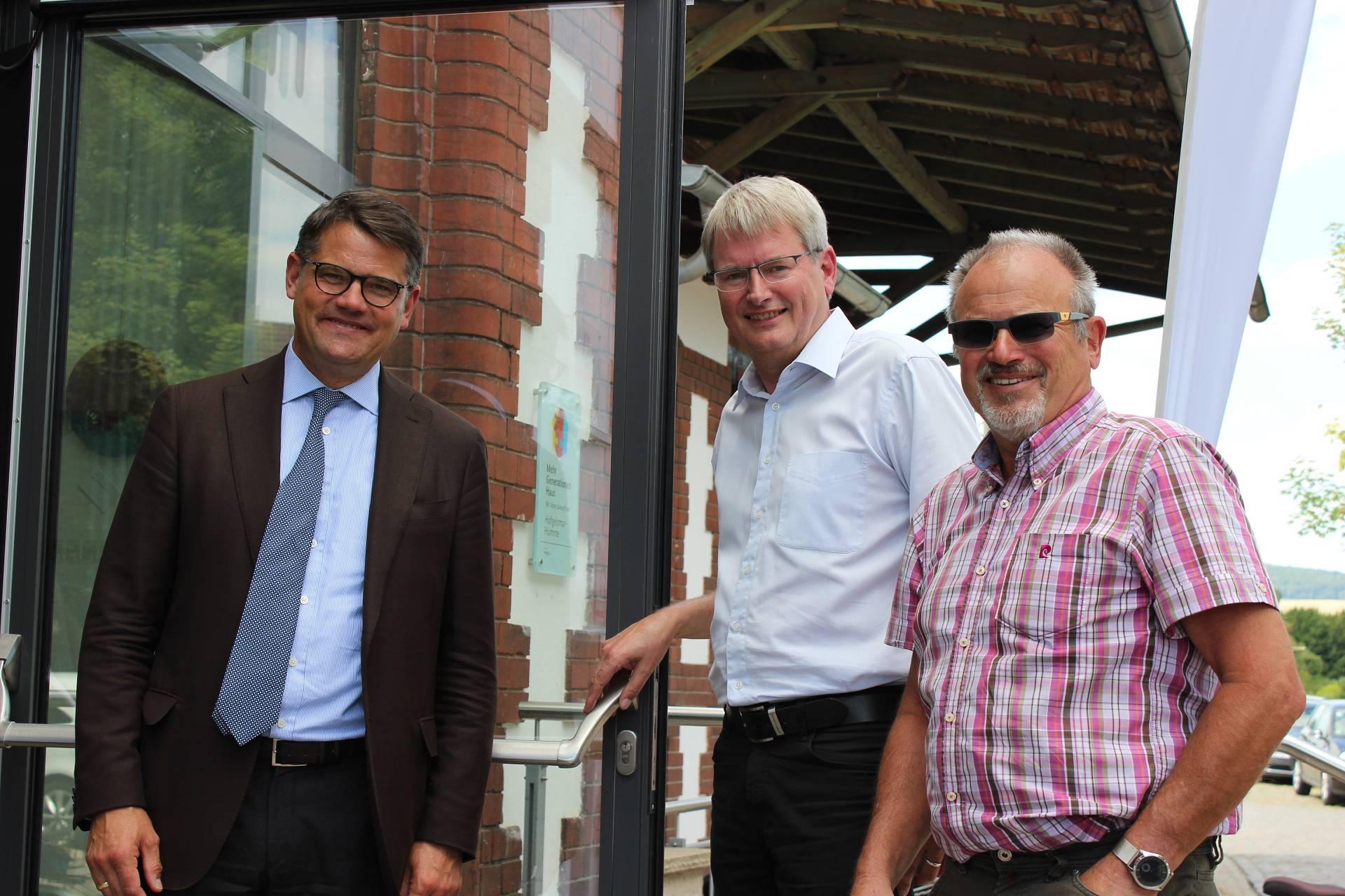 Begeistert über das Mehrgenerationenhaus Bahnhof Hümme zeigte sich der Hessische Kunst- und Kulturminister Boris Rhein (li.), daneben Peter Nissen, Vorsitzender Generationenverein und 1. Stadtrat Günter Ebel