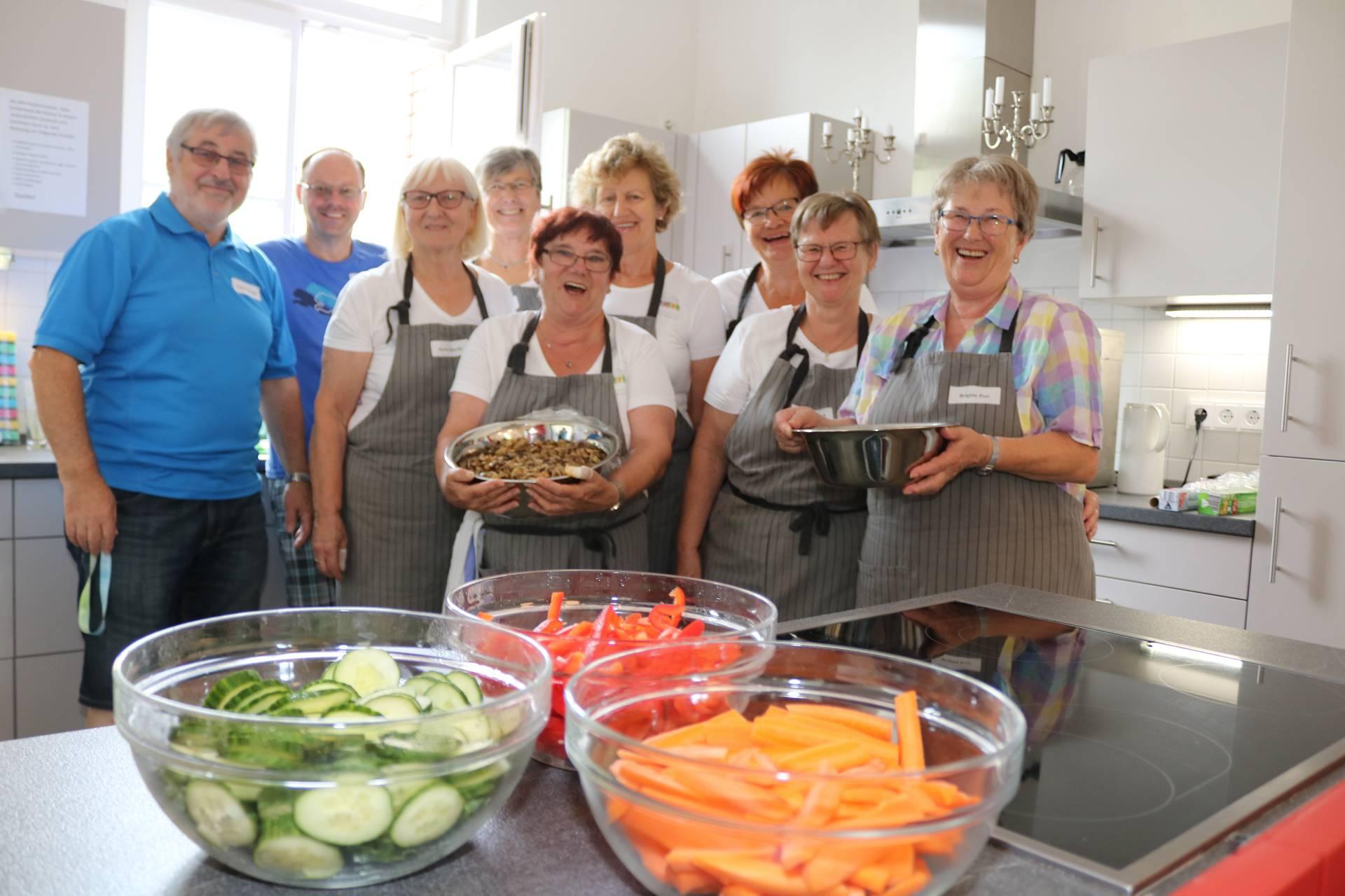 Zahlreiche Ehrenamtliche helfen beim Talentcampus: Hier die gutgelaunte Küchencrew, die jeden Tag 100 Essen auf den Tisch bringt.