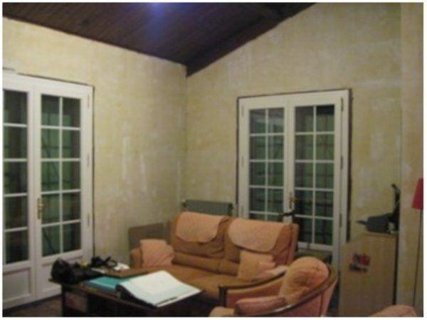 Prima...pareti non curate, mobili usurati, mal piaazzati oltre al mix di stili