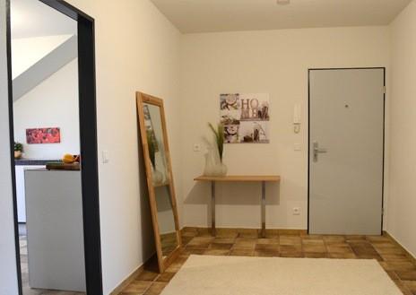 Dopo: le brutte piastrelle sono minimizzate dal tappeto e grazie agli arredi si capisce la potenzialità della stanza