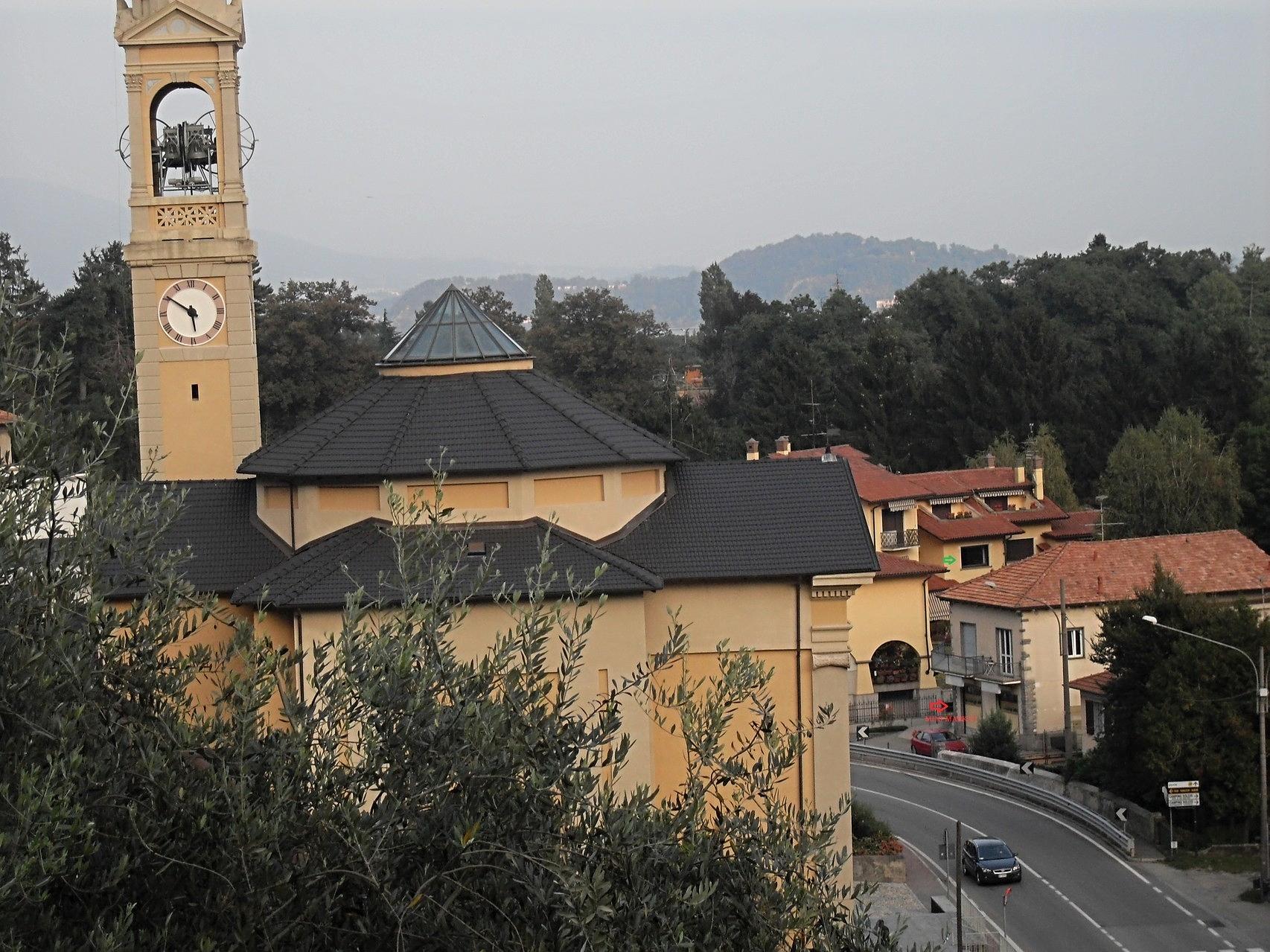 Solcio di Lesa : Chiesa, Mini market e fermata bus a 50 m dall'appartamento.