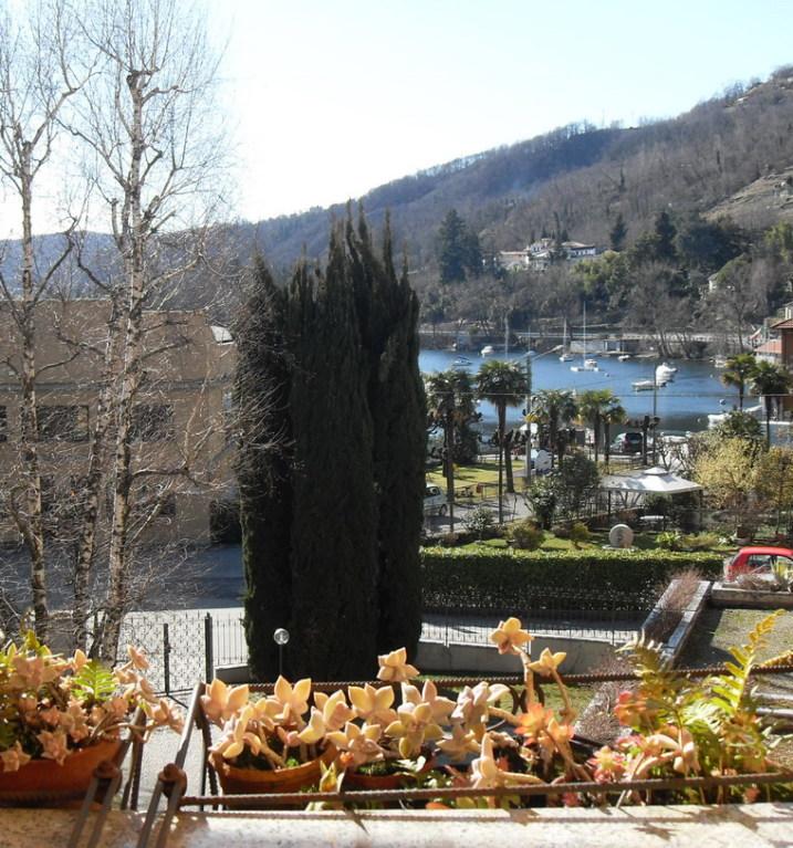 Terrace surplombant le petit port de Solcio di Lesa