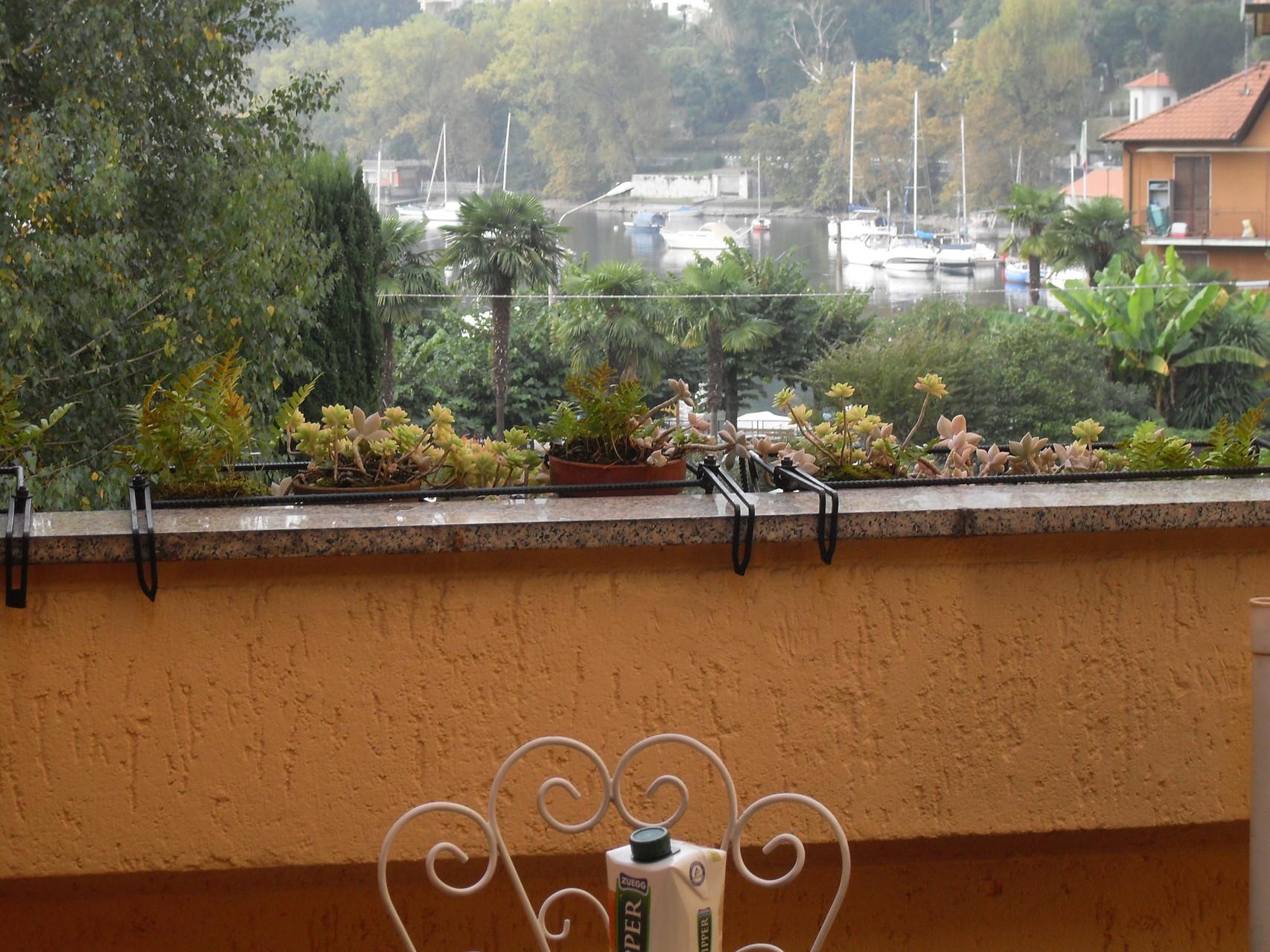 Terrasse mit Tisch und Stühlen