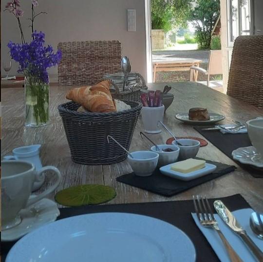 Petit-déjeuner B&B maison d'hôtes Château La Gravière