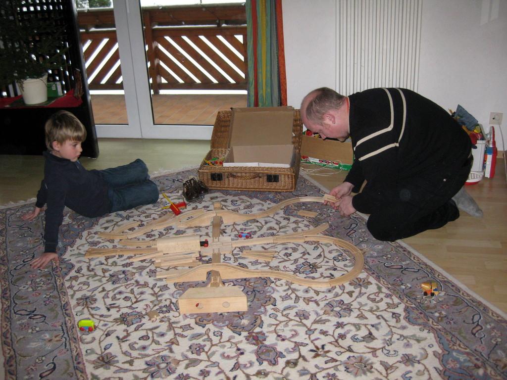 Jannik und Papa beim Aufbauen