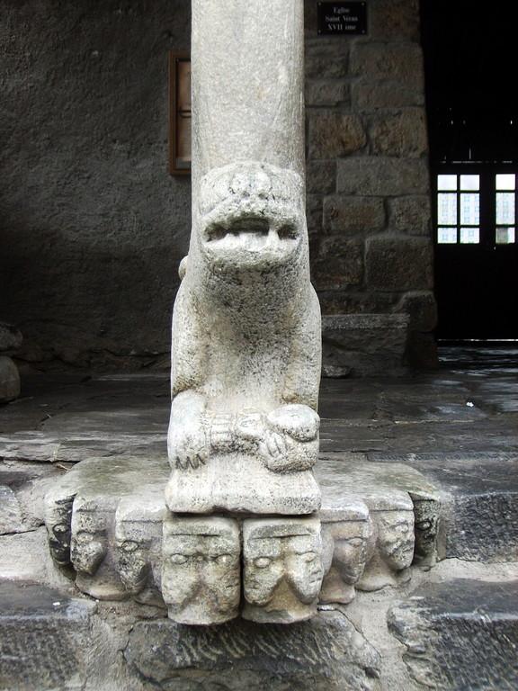 interessante Säule am Eingang zur Kirche