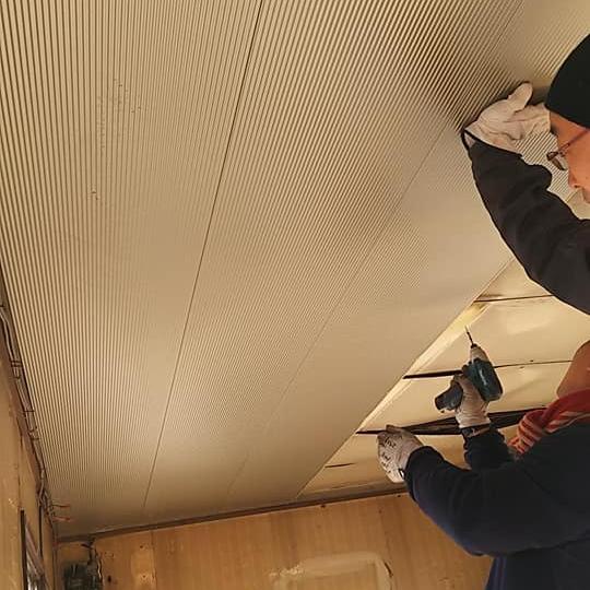 [内装 Before③]古い天井は鉄製だったので、直接ビス止め