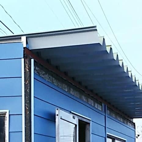 [外観 After①]下から見上げた時白いほうが見える屋根です
