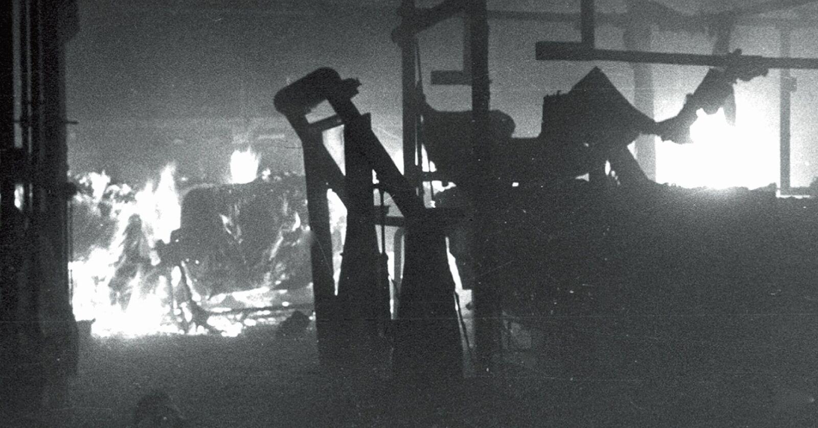 Blick auf die brennenden Maschinen. Die Hitze für die im Einsatz stehenden Männer war extrem.