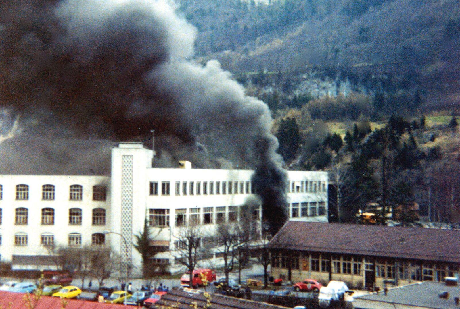 Blick vom Bühl auf die brennende Fabrik.