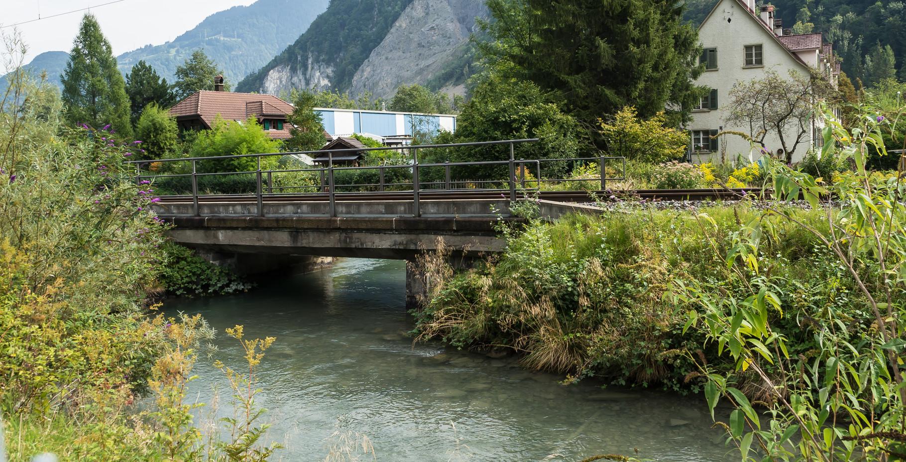 Dorfbach unter Eisenbahnbrücke  Koord.  723096 214545